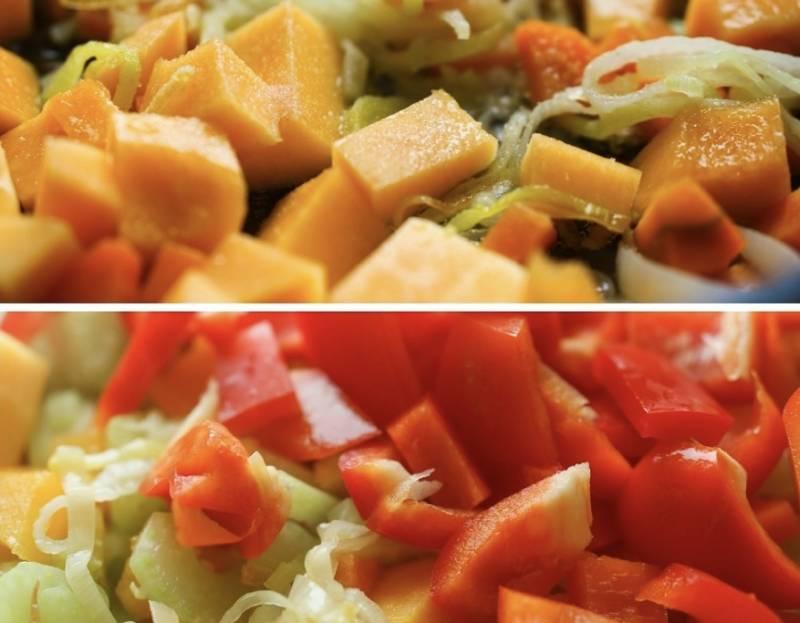 Также добавьте к овощам порезанный сельдерей и помидор. Кстати, по желанию можете добавить еще красный сладкий перец. Тушите овощи минут 10-15. Потом переложите их в кастрюлю к картошке.