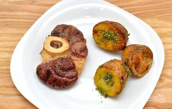 """Теперь доведите мясо до желаемого состояния. До """"medium rare"""" добавьте по 2 минуты жарки на малом огне с каждой стороны. Подавайте стейк с любимым гарниром и соусом."""