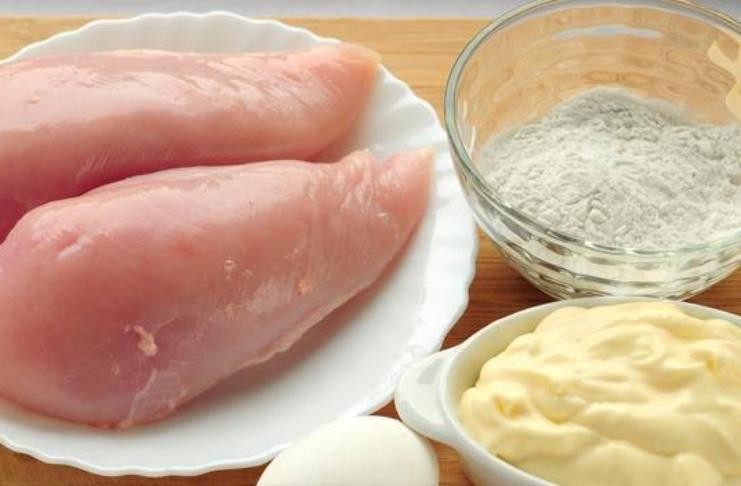Подготовьте все необходимые ингредиенты для приготовления котлет из курицы по-венски.