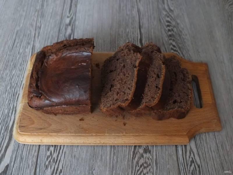Переложите пирог на доску и охладите.