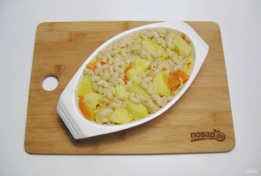 Картофель с морковью, луком и макаронами выложите в форму для запекания, смазанную маслом.