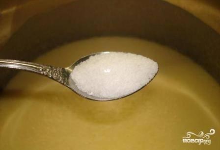 Перемешиваем опару, добавляем соль и ванильный сахар.