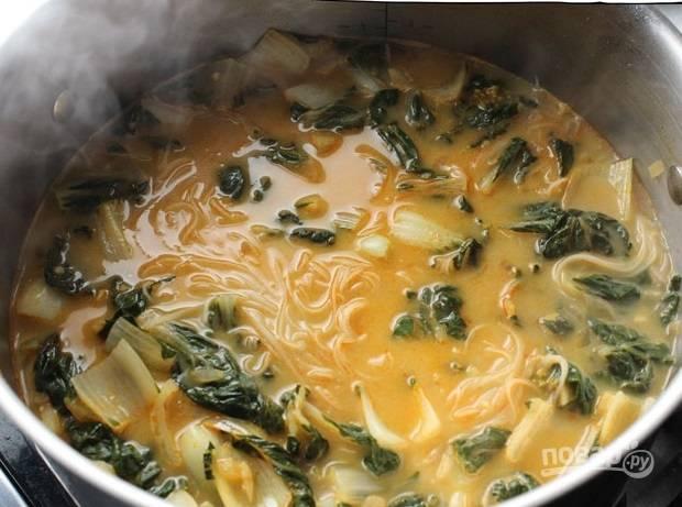 5. Прогрейте и тайский суп с лапшой готов.