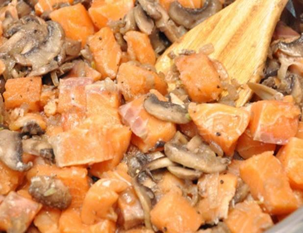 Добавьте на сковороду нарезанную кусочками рыбу, посолите и поперчите. Перемешайте.