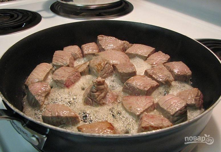 2. Обжарьте кусочки, распределив на сковороде в один слой, на растительном масле.
