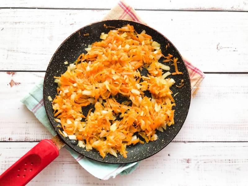 Овощи хорошо помойте, морковь натрите на средней терке, а лук мелко нарежьте. Обжарьте овощи в небольшом количестве растительного масла до золотистого цвета.