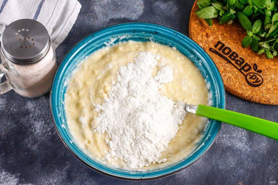 Всыпьте пшеничную муку, разрыхлитель и вмешайте их в массу. У вас должно получиться тесто, похожее на бисквитное по структуре — не плотное.