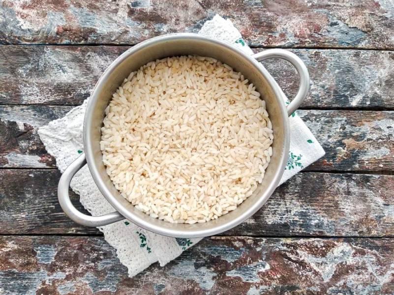 Рис хорошо промойте и варите до полуготовности.