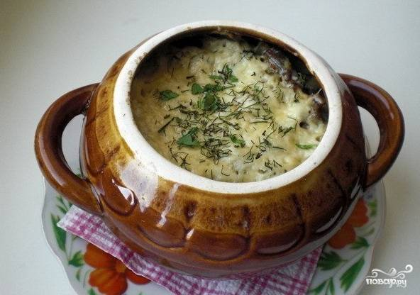 В горшочки выкладывать слоями нарезанные овощи - сначала картофель, затем лук, сверху грибы. Количество слоев можно варьировать. Содержимое горшочков залить смесью сливок и специй, поставить в разогретую до 200 градусов духовку. Запекать 40 минут. После горшочки достать, в каждый насыпать натертый сыр и поставить в духовку еще на 5-7 минут. Приятного аппетита!