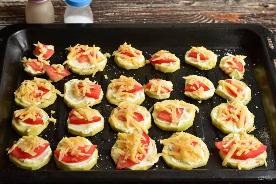 Затем выложите натертый на крупной терке твердый сыр.