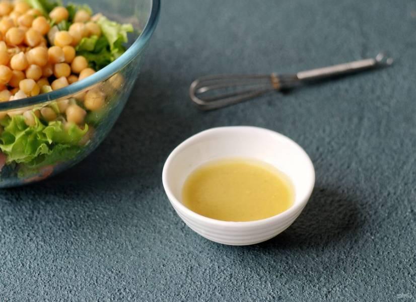 Для заправки смешайте горчицу, финиковый сироп, сок лимона и оливковое масло.