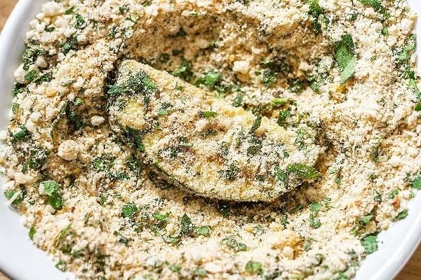 2. После переложите в мисочку со смесью муки, сухарей, сыра, измельченного чеснока, соли и специй. Обваляйте в панировке со всех сторон.