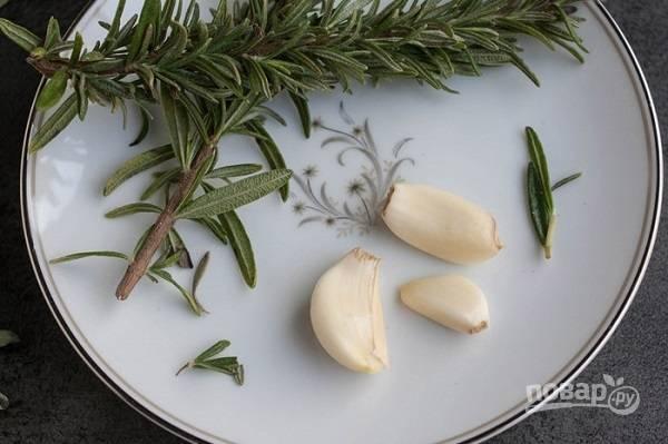 3. Измельчите немного розмарина. Чеснок выложите на сковороду с разогретым маслом. Обжарьте пару минут, помешивая, добавьте розмарин.