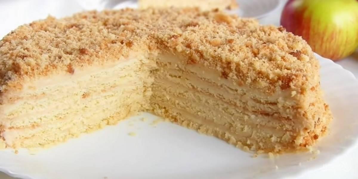 7. Соберите торт, бока и верх обмажьте кремом и украсьте крошкой из коржей. Отправьте торт в холодильник на ночь. Приятного аппетита!
