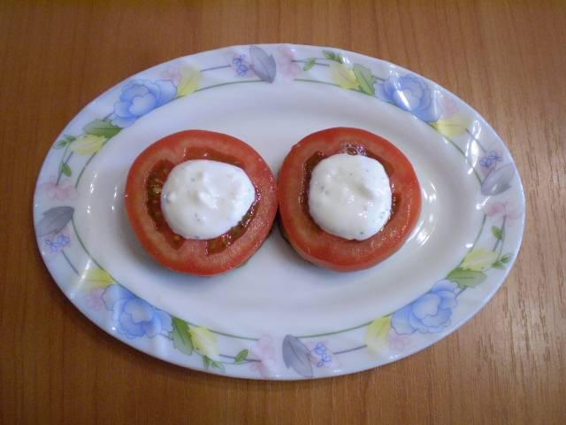 10. Кладем помидор, каплю соуса с чесноком.