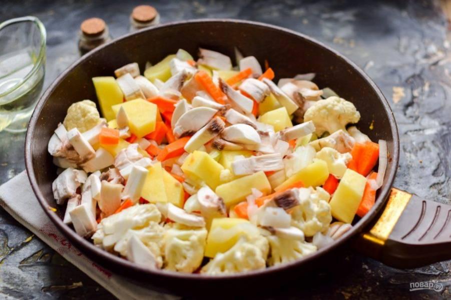 Все ингредиенты сложите в глубокую сковороду, подлейте 150 мл. воды - тушите под крышкой 25 минут.