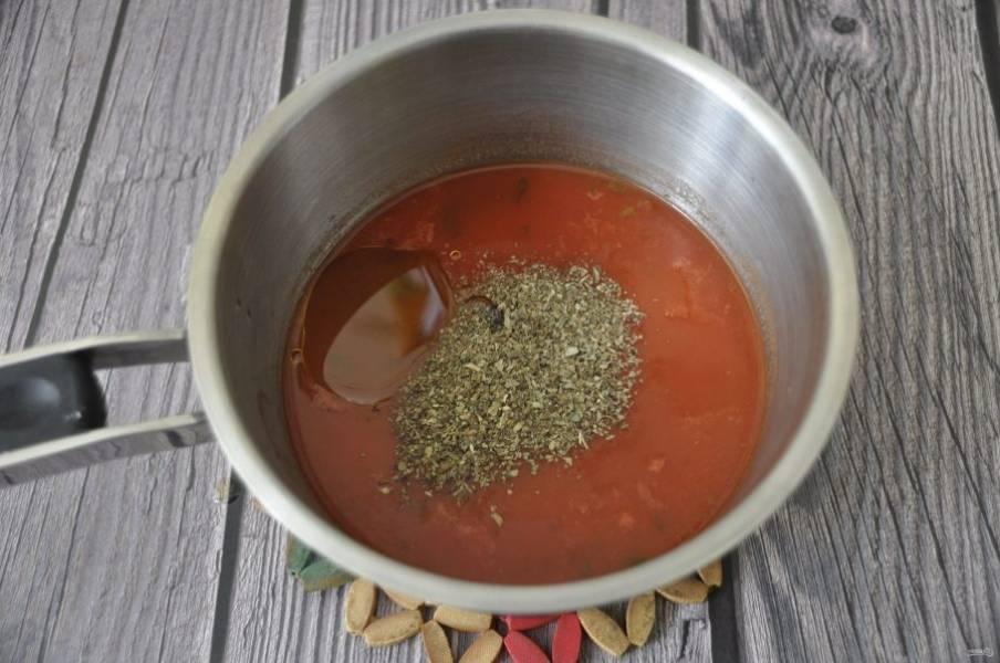 Помидоры в собственном соку или томатную польпу вылейте в сотейник, добавьте 0,5 стакана воды, оливковое масло, соль, сахар, базилик, сварите соус.