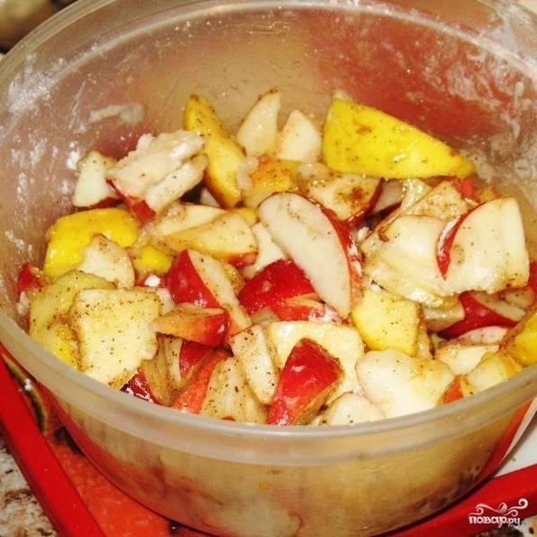 Смешиваем в миске яблоки, крахмал, корицу, сахарную пудру и немножко (столовую ложку) муки. Хорошенько перемешиваем.