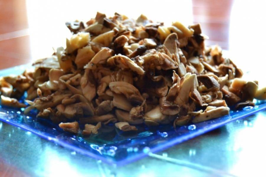 1.Вымойте и нарежьте небольшими кусочками грибы.