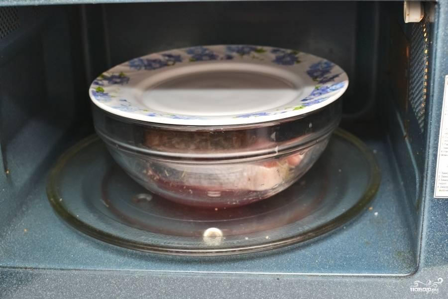 Накройте крышкой или другой тарелочкой. Выпекайте минут пять. Конечно, всё зависит от мощности микроволновки. На 1000 ватт - 5 минут.