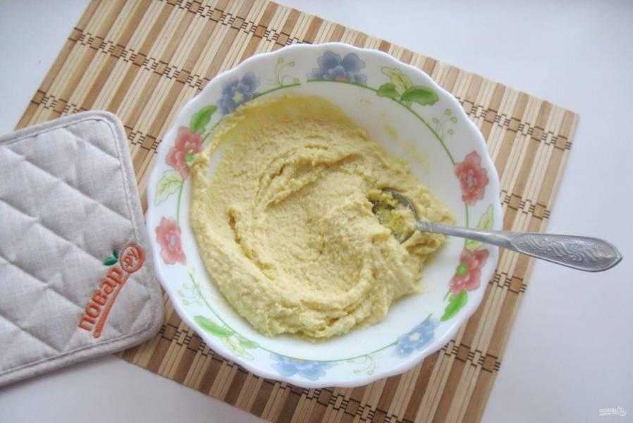 Перемешайте сухие ингредиенты с маслом и желтками.