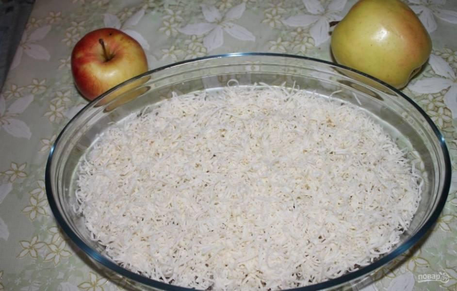 3.Колбасный сыр измельчаю на мелкой терке (у меня он копченый), выкладываю сыр следующим слоем.