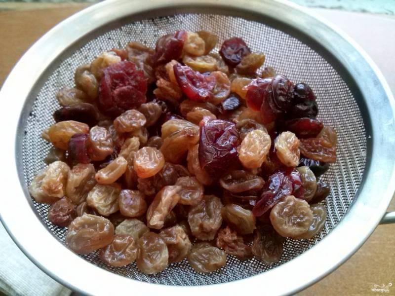 Изюм залейте кипятком на 20 минут и просушите. Можно добавить немного вяленой клюквы.