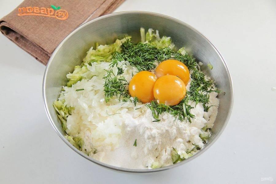 Добавьте натертую крупно луковицу, муку, разрыхлитель, соль по вкусу, укроп и яичные желтки.