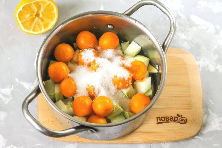 Всыпьте сахарный песок и влейте лимонный сок. По желанию замените его лимонной кислотой в количестве 2 щепоток.