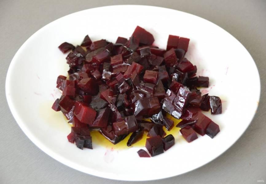 Порежьте кубиком свеклу. Небольшой секрет: чтобы свекла сразу не окрасила все овощи в бордовый цвет, сбрызните её растительным маслом.