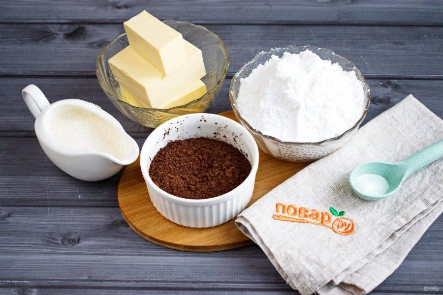 Подготовьте необходимые продукты. Сливочное масло достаньте за 15 минут из холодильника, чтобы оно размягчилось при комнатной температуре. Сахарную пудру соедините с ванилином и солью.