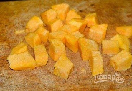 Очистим тыкву от кожуры нарежем её небольшого размера кубиками. Если вы не любите тыкву, можете этот ингредиент исключить, а вместо тыквы добавить морковь.