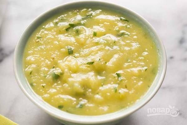 Вымытую зелень мелко нарезаем и добавляем в суп, добавляем по вкусу недостающие специи и доводим суп до кипения. К столу можно подавать с сухариками.
