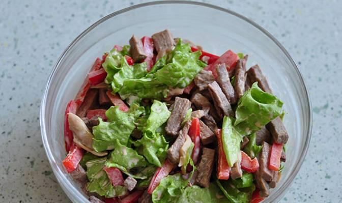 Приготовим заправку для салата. Майонез смешиваем с уксусом и горчицей. Полученным соусом заправляем салат, тщательно его перемешав.