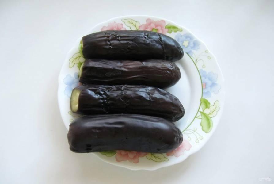 Готовые баклажаны выложите на тарелку и охладите.