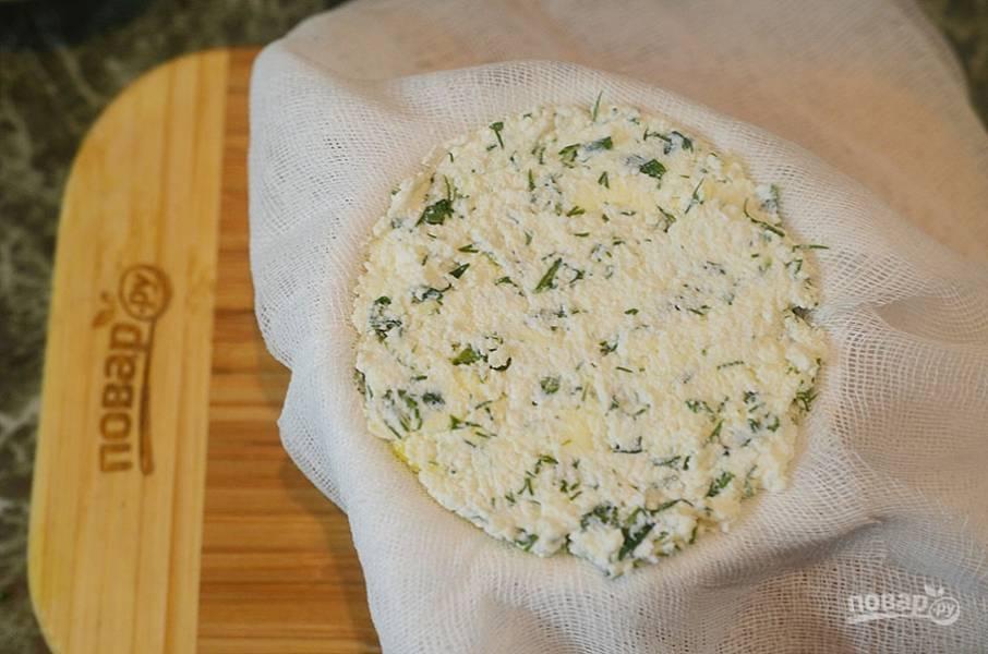 5. Выложите творожную массу, накройте тканью. Поставьте груз, уберите в холодильник на 8-10 часов.