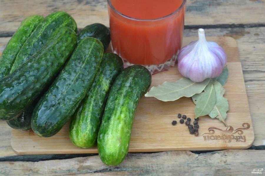 Подготовьте все необходимые ингредиенты. Огурчики отберите примерно одинакового размера ярко-зеленого цвета.