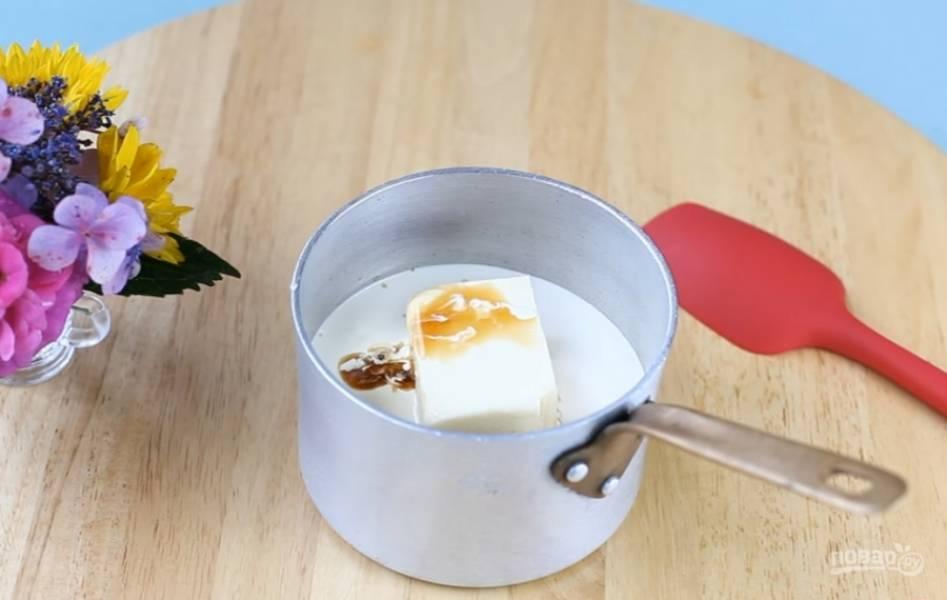8.Смешайте сахар, масло, 2/3 части сливок и ванилин. Поставьте на огонь, доведите до кипения. Уменьшите огонь и варите примерно 8 минут, чтобы карамель стала густой и золотистой.