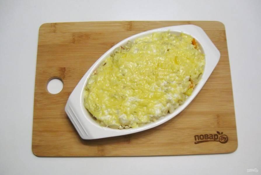 После натрите оставшийся сыр и посыпьте запеканку. Опять поставьте в духовку на 3-4 минуты до расплавления сыра.