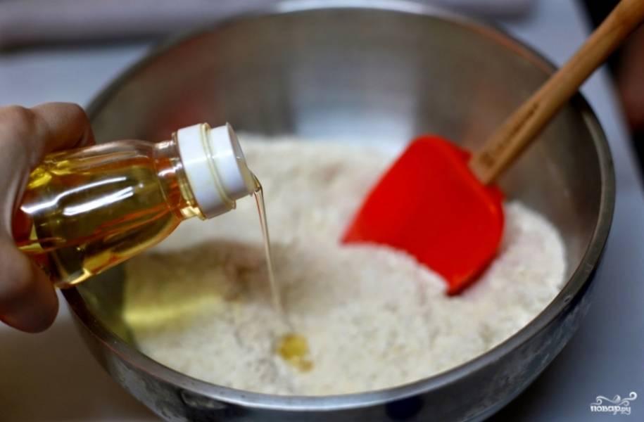 1. Измельчим орехи в муку, смешаем с пшеничной мукой и сахаром, перемешаем.