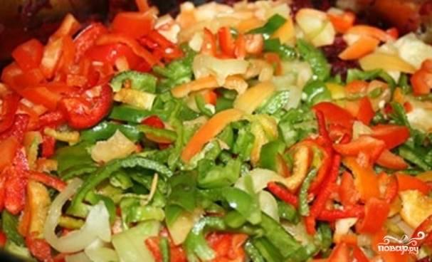 6. Следующим шагом будут помидоры: они нарезаются кубиками и обжариваются с чесноком. В середине жарки добавьте болгарский перец.