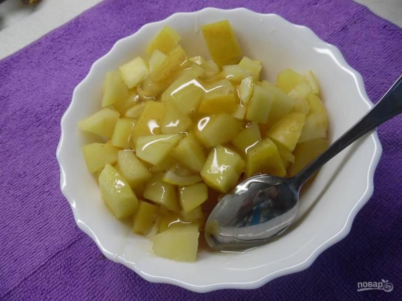 Тушеные яблочки выложите в тарелку, дайте им остыть. В это время мягкое масло взбейте с яйцом. К остывшим яблокам добавьте мед.