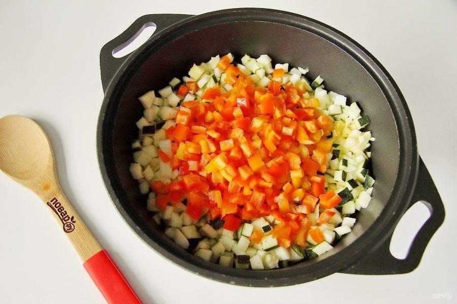 Добавьте к кабачкам нарезанный перец, очищенный предварительно от семян.