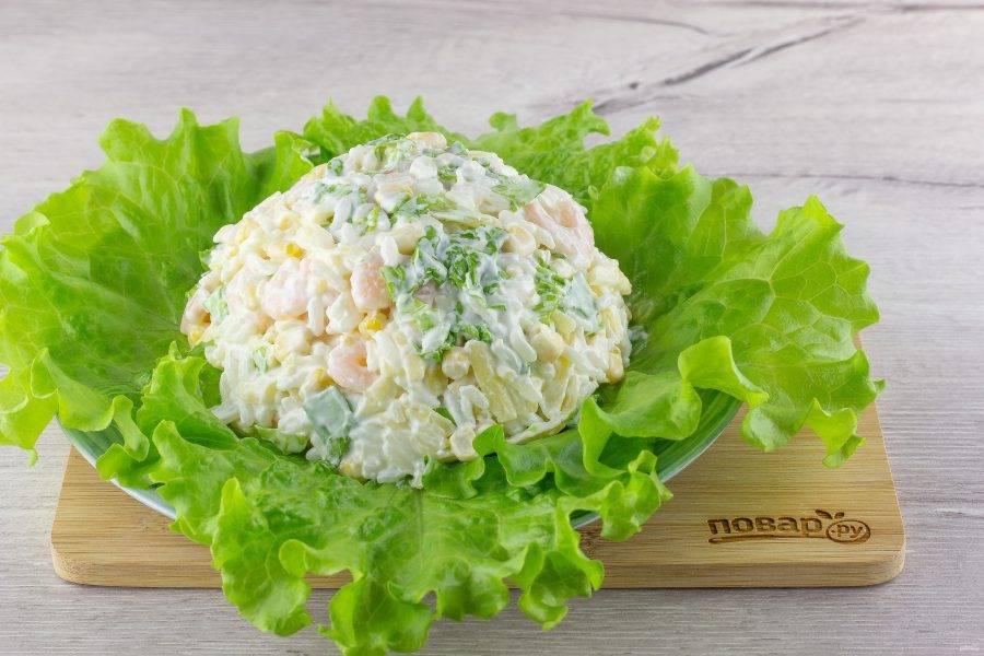 На блюдо выложите листья салата. Из-под первого снега всегда ещё проглядывает что-нибудь зеленое :) В виде холмика выложите салат.