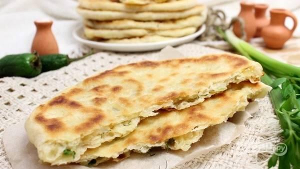 Жарьте хачапури в разогретом масле по 3 минуты с каждой стороны. Готовые изделия смажьте сливочным маслом.