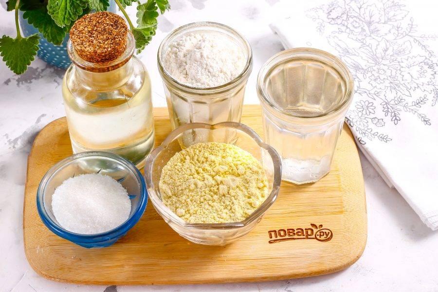 Подготовьте указанные ингредиенты. Вместо воды вы можете использовать молоко, кефир или ряженку любой жирности.