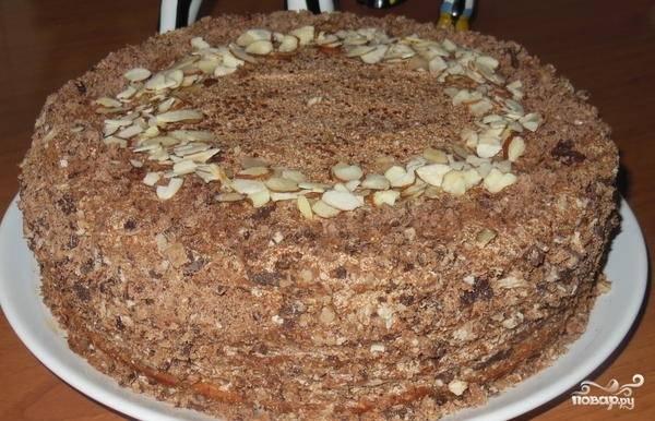 8.Намажьте на коржи крем, сформируйте торт. Украсьте бока и верх обрезками коржей и арахисом. Все. Приятного аппетита.
