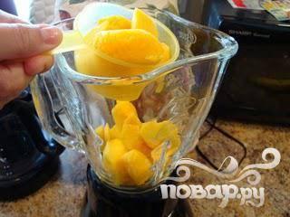 3.Поместите подготовленные фрукты в блендер. Если вы хотите получить особо нежный напиток, то предварительно смешайте их до того, как добавить лед.