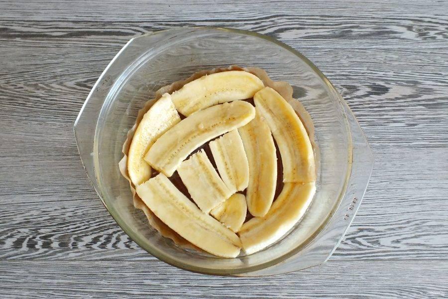 На карамель выложите половинки банана.