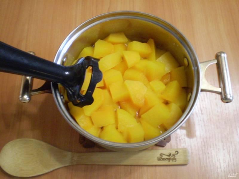 Тыкву порежьте кусочками, залейте водой и варите 30 минут до размягчения мякоти. На этом этапе можно оставить тыкву кусочками или сделать однородной.